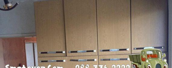 Фирма със сметовоз изхвърля стари мебели