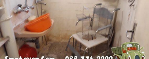 Товарач изхвърля мебел от апартамент Гоце Делчев