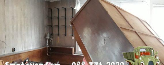 Бригада изхвърля мебели от апартамент Кремиковци